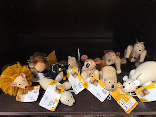 絶滅危惧種の動物が木製玩具になりました。