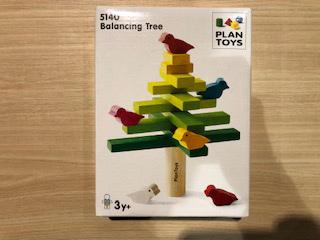 木や鳥のパーツを落とさずに積み上げたプレイヤーが勝つゲームです。